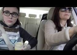 Enlace a ¿Cómo reaccionaría tu madre si te viera comer mayonesa como si fuera un yogur?