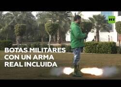 Enlace a Fabrica unas botas militares con arma de fuego incluida