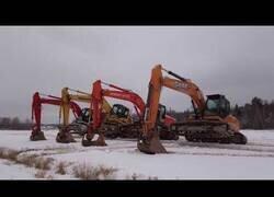 Enlace a Magnífica coreografía de cuatro máquinas excavadoras en la nieve