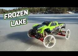 Enlace a Controlando un coche teledirigido con discos de corte como ruedas en un lago helado
