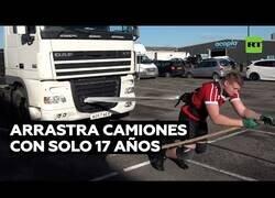 Enlace a Un joven de 17 años arrastra camiones con sus propias manos
