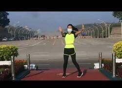 Enlace a El vídeo viral en el que una profesora hace su clase de aerobic mientra se comente un golpe de estado en Birmania de fondo
