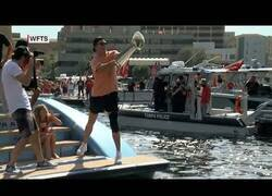 Enlace a Tom Brady pasa el trofeo de la Super Bowl de un barco a otro