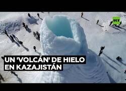 Enlace a Aparece un 'volcán' de hielo en Kazajistán