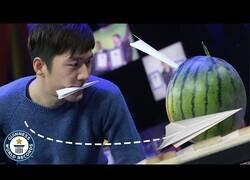 Enlace a El récord mundial de clavar aviones de papel en sandías