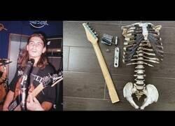 Enlace a Construye una guitarra con el esqueleto de su tio difunto