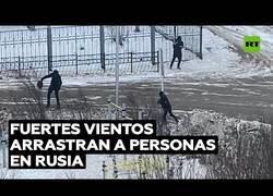 Enlace a Fuertes vientos arrastran personas en Rusia