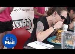 Enlace a Record mundial femenino de comerse una hamburguesa de kilo y medio en dos minutos
