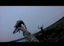 Enlace a Atrapa al vuelo el pato que acababa de cazar
