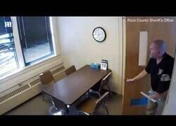 Enlace a Un joven detenido consigue escapar por la ventana