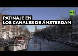 Enlace a Ciudadanos de Ámsterdam patinan por los canales helados de la ciudad