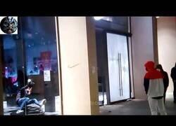 Enlace a Roba en tienda y al salir se golpea con el cristal
