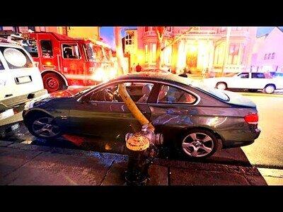Bomberos de Nueva York se ven obligados a romper las ventanas de un coche para colocar la manguera en el hidrante