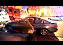 Enlace a Bomberos de Nueva York se ven obligados a romper las ventanas de un coche para colocar la manguera en el hidrante