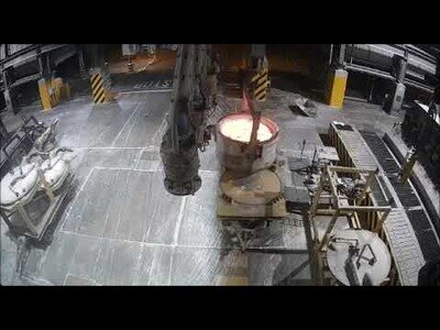 Así es un accidente en la fundición: Se derrama por error aluminio fundido