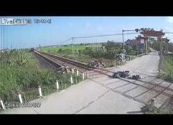Enlace a Un motorista se accidenta y cae en las vías de un tren