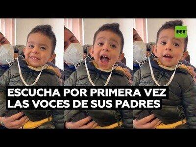 La reacción de un niño con discapacidad auditiva al escuchar las voces de sus padres por primera vez