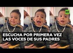 Enlace a La reacción de un niño con discapacidad auditiva al escuchar las voces de sus padres por primera vez