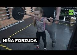 Enlace a Una levantadora de peso de 7 años