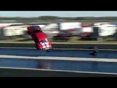 Un coche vuela por los aires y sigue su recorrido como si nada hubiera pasado