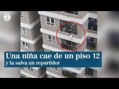 Un repartidor coge al aire a una niña que había caído de un 12º piso