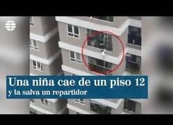 Enlace a Un repartidor coge al aire a una niña que había caído de un 12º piso