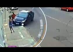 Enlace a Un ladrón roba el móvil a una chica y toda la ciudad intenta ayudarla