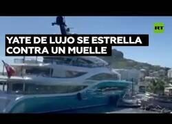 Enlace a Un enorme yate de lujo se estrella contra un muelle en el Caribe