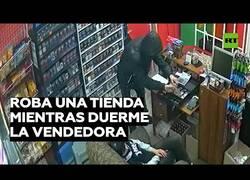 Enlace a Un ladrón roba en una tienda cuya dependiente estaba dormida