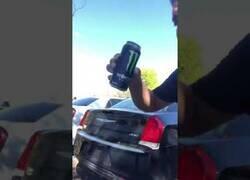 Enlace a Rompiendo el cristal de un coche con bebidas energéticas