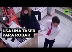 Enlace a Inmovilizan a una señora que intentó robar un iPhone con una pistola táser