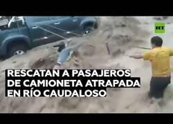 Enlace a Rescatan a los pasajeros de una furgoneta atrapada por inundaciones en Perú