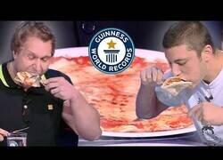 Enlace a El récord mundial de comer pizza más rápido