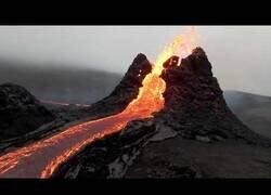 Enlace a La erupción del volcán Fagradalsfjall (Islandia) vista desde un dron