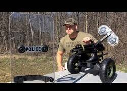 Enlace a Poniendo a prueba un escudo transparente de la policía a base de balazos