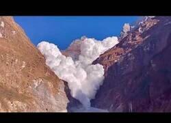 Enlace a Espectacular avalancha de nubes en las montañas del Nepal