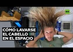 Enlace a Un astronauta muestra como se lavan el pelo en el espacio