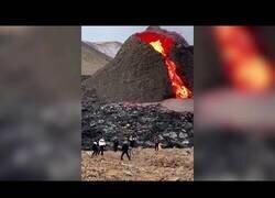 Enlace a Personas pasan un día agradable frente a un volcán