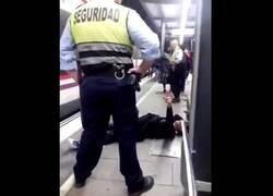 Enlace a Fingiendo de forma lamentable la agresión de un vigilante