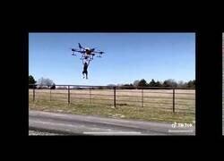 Enlace a El padre del año probando la potencia de su dron