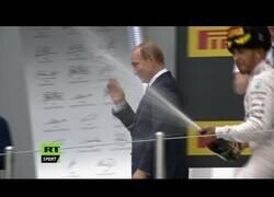 Enlace a El día que Hamilton bañó a Putin en champán