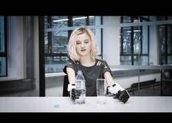 Enlace a Bebiendo agua con dos brazos biónicos