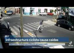 Enlace a Peatones caen constantemente en un paso de cebra