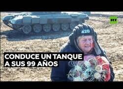 Enlace a Conduciendo un tanque con 99 años