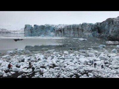 Un glaciar se desvanece ante la presencia de decenas de turistas