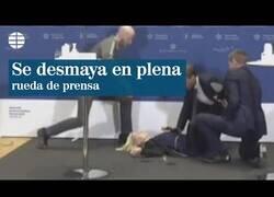Enlace a La directora de la Agencia del Medicamento de Dinamarca se desmaya mientras anuncian que paralizan la vacunación con AstraZeneca