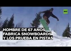 Enlace a El hombre de 67 años que fabrica y prueba sus propias tablas de snowboard