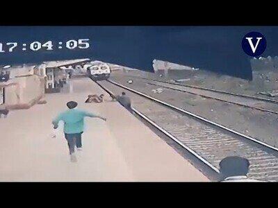 Salvan a un niño que cayó a las vías del tren tras separarse de la mano de su madre ciega