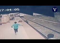Enlace a Salvan a un niño que cayó a las vías del tren tras separarse de la mano de su madre ciega