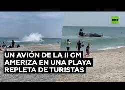 Enlace a Un avión de la Segunda Guerra Mundial aterriza de emergencia en una costa de Florida repleta de bañistas